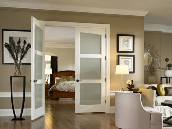 Распашные двустворчатые двери со вставками из матового стекла