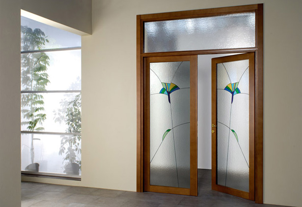 dveri-mezhkomnatnye-s-framugoj-nad-dveryu-12