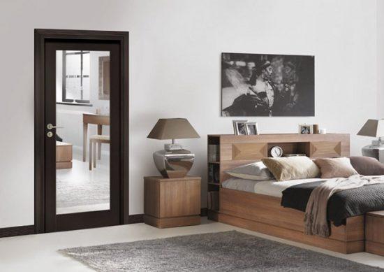 Двери с зеркалом в интерьере спальни