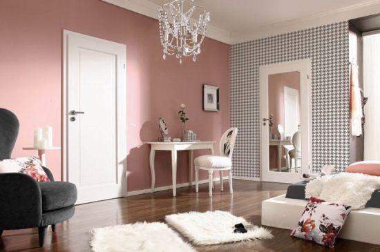 Дверь с зеркалом визуально расширяет комнату