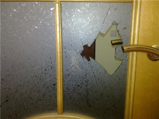 Если стекло разбилось, прежде всего удалите все осколки