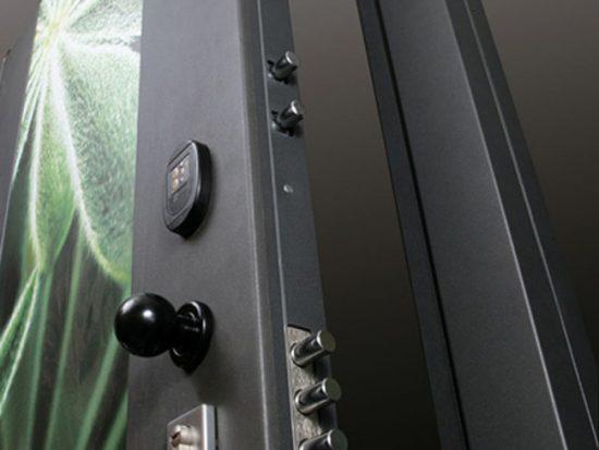 Доверьте установку бронированной двери профессионалам - это гарантия надежности