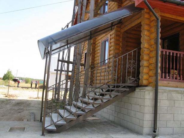 krylco-dlya-chastnogo-doma-svoimi-rukami-iz-polikarbonata-11