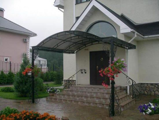 Навес над крыльцом защищает воходную дверь от атмосферных осадков