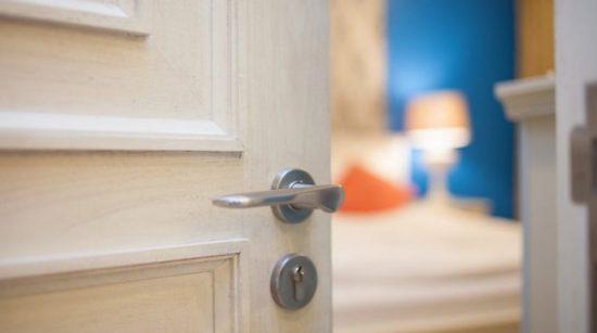 В квартире двери должны открываться внутрь большего помещения
