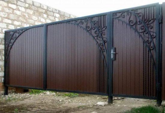 Распашные ворота с элементами ковки