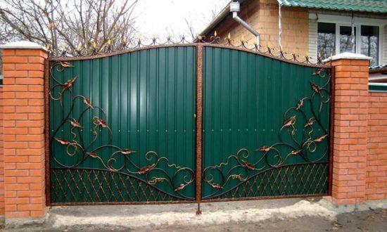 Цвет и оформление ворот должна соответствовать оформлению дома