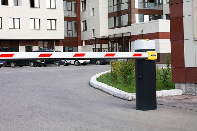 Установка автоматического шлагбаума спасет двор от чужих автомобилей