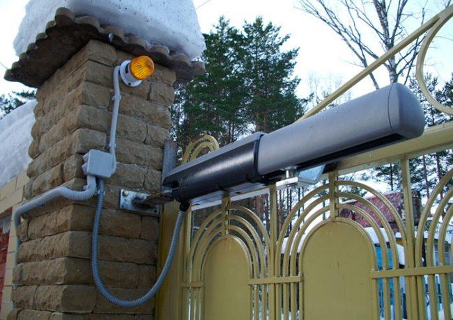 Доводчики чаще всего устанавливаются на верхнюю часть двери или ворот
