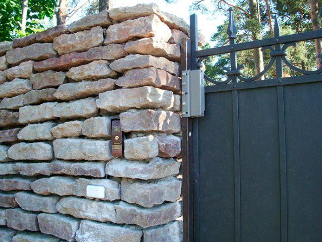 На воротах и снаружи уличных дверей устанавливаются морозостойкие модели доводчиков