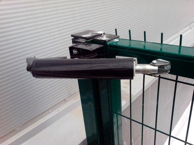 В случае поломки доводчики чаще всего меняются, а не ремонтируются
