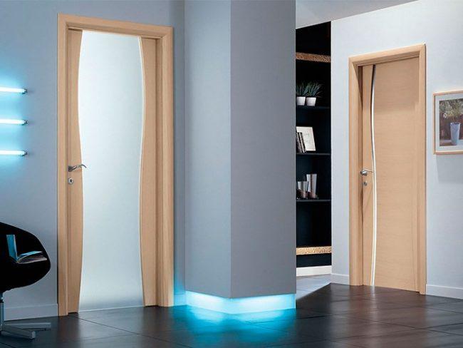 Двери из дерева лучше выбирать со специальной обработкой от влаги