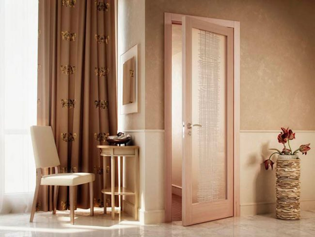 Устанавливаются двери для ванной и туалета практически так же, как и обычные межкомнатные
