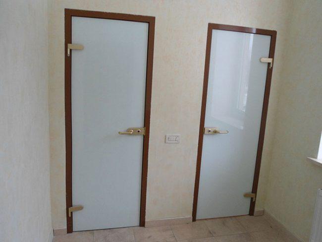 Двери из стекла отлично подходят для использования в ванной и туалете