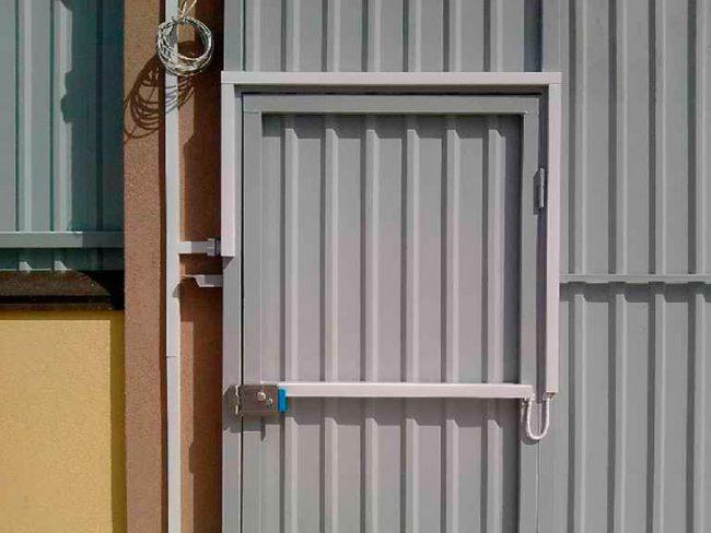 Электромеханические замки устанавливают как в квартирах, так и на воротах