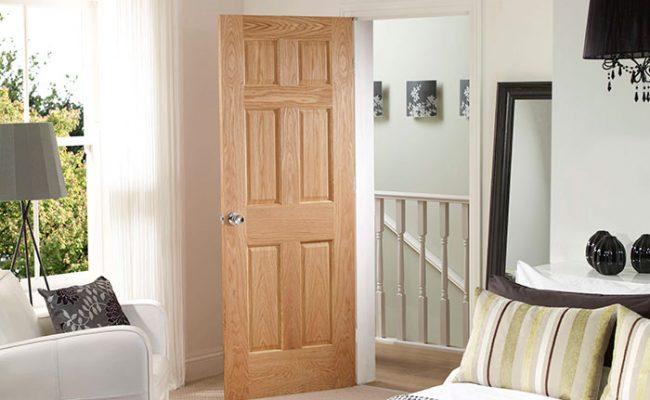 После сборки филенчатая дверь покрывается лаком
