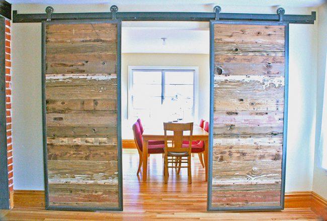 Раздвижные двери подвешены на направляющей и весь вес двери приходится на нее