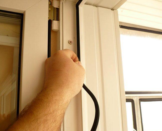 Утепление двери и плотность прилегания обеспечивается резиновым уплотнителем