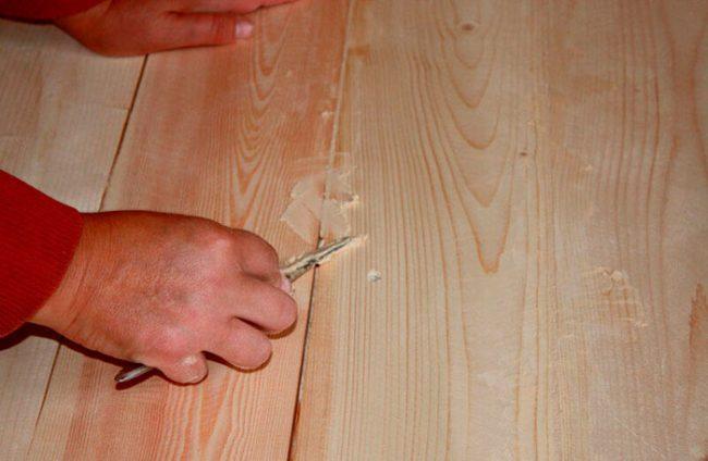 Перед покраской двери необходимо нанести шпаклевку
