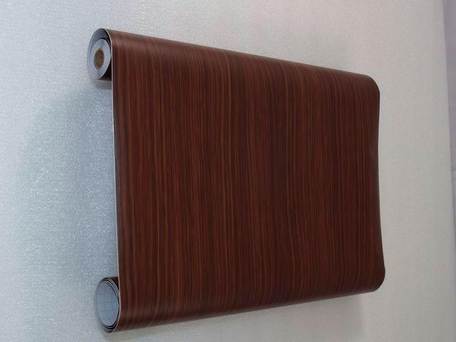 При помощи самоклеющейся пленки можно повысить влагозащитные свойства дверей