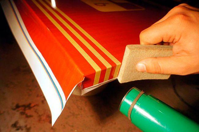 Для оклейки дверей необходимо использовать плотные виды пленки
