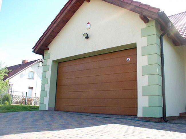 Секционные ворота состоят из металлических панелей, соединенных шарнирными петлями