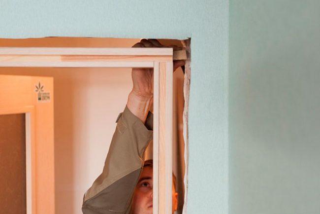 Отверстия между коробом и стеной нобходимо запенить