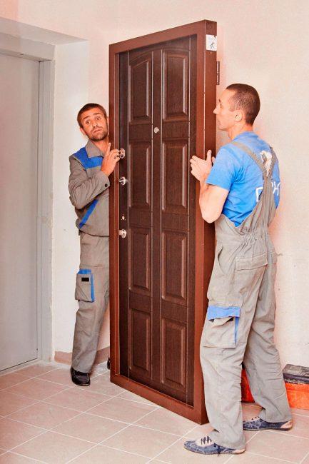 Так как дверь имеет значительный вес, устанавливать ее необходимо вдвоем