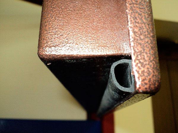 Утеплить коробку двери по периметру можно уплотнителем