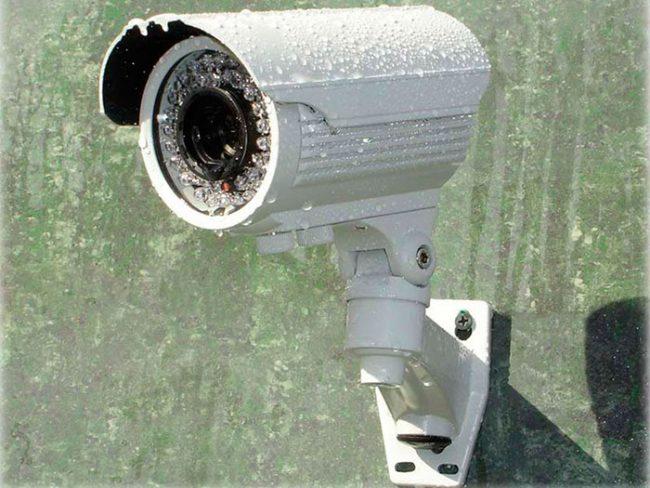 Подбирая уличную камеру, необходимо учитывать температурный режим, а так же то, что работать она будет в условиях повышенной влажности