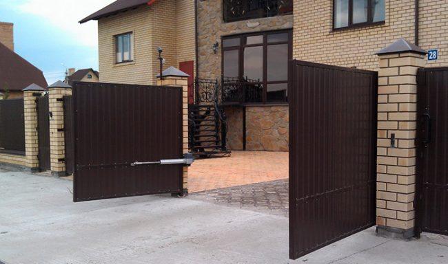 Распашные ворота во дворе