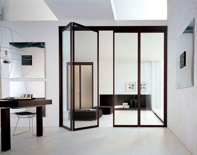 Стеклянные двери-книжки чаще всего выполняются из закаленного стекла
