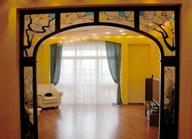 Дверные проемы можно украшать декоративными элементами с витражным стеклом