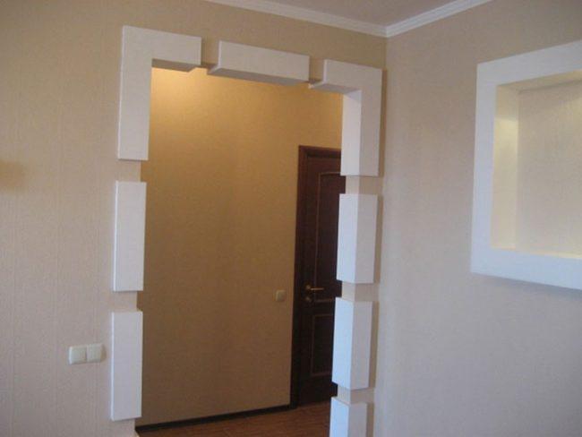 Выбирая отделочные материалы для дверного проема, следует ориентироваться на остальную обстановку в комнате и мебель