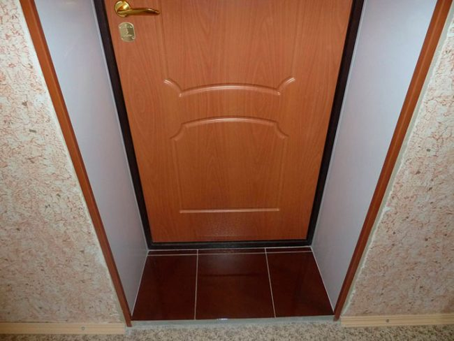 Часто производитель не делает шумоизоляцию двери, поэтому дорабатывать ее приходится своими руками