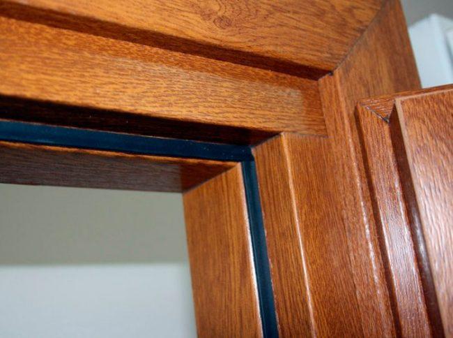 Для звукоизоляции межкомнатной двери ее можно оклеить резиновым уплотнителем
