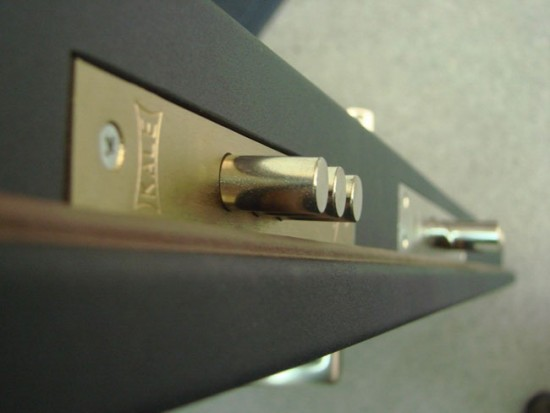 Как установить накладной замок на металлическую дверь