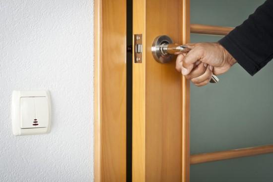 Как поменять стекло в двери межкомнатной