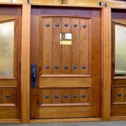 dveri-vxodnye-derevyannye-uteplennye-dlya-chastnogo-doma-10