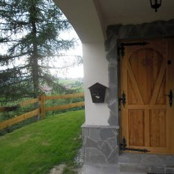 dveri-vxodnye-derevyannye-uteplennye-dlya-chastnogo-doma-12