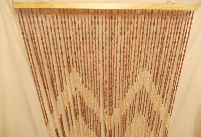 Бамбуковые занавески можно сделать из палочек или бамбуковых бусин